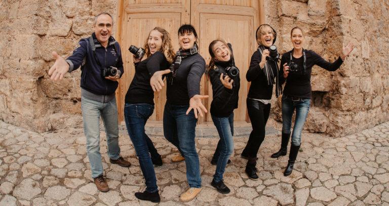 Diana Hirsch mit fünf ihrer Schüler während eines Mallorca Fotoausflugs